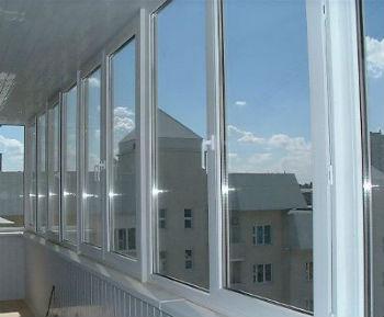Так выглядит балкон, остекленный рамами ПВХ